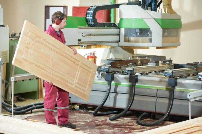 Tømrerarbejde med en trædør